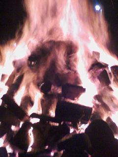 焚き火がすごいー暑い…